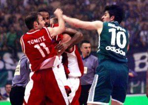 """Dejan Bodiroga, svakako jedan od najbojlih jugoslovenskih, pa i evropskih košarkaša svih vremena, čiji košarkaški talenat, tehnika, ali i mirnoća na parketu je oduševljavala sve ljubitelje košarke. Popularni """"Bodi Bond"""" je uvek ostavljao utisak mirnog momka iz komšiluka, kod koga znate da je lopta sigurna i da će u završnici susreta uvek pronaći pravo rešenja kojim će zadati """"fatalan udarac"""" protivniku. Ipak, da i uvek mirni Dejan može da plane i proključa na terenu, videlo se 19. maja 2002. godine, kada su pošto ga je Milan Tomić bezobrazno udario pesnicom u glavu ostali igrači na partketu morali da zaustave pobesnelog Bodirogu da ne pokuša da pretuče svog zemljaka."""