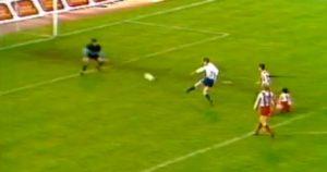 Usamljeni Alen Bokšić primio je loptu na tridesetak metara od gola zvezde, između tri protivnička fudbalera, a onda se stuštio u nezaustavljiv trk. Izbio je sam pred golmana Stojanovića i ne čekajući da mu ovaj izađe u susret, loptu snažnim udarcem poslao u gornji ugao.