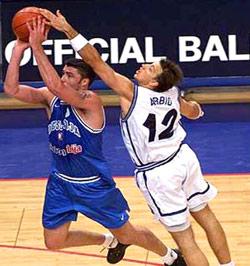 """Od samog starta finalnog susreta Jugoslavija je imala rezultatsku prednost, pa se čini da pitanje pobednika meča nije niti jednog trenutka dolazilo u pitanje. Utakmicu je obeležila sjajna odbrana """"Plavih"""", pre svega Zorana Savićanad Fućkom, što je Italijane učinilo vrlo nervoznim. Pošto su za nepunih 30 minuta uspeli da postignu jedva 30 poena i shvativši da će im željena titula izmaći, počeli su da """"biju"""" momke u belim dresovima. Iako je u tome prednjačio Gregor Fućka, koji je u nekoliko navrata vrlo """"prljavo"""" odreagovao na Savićevu perfektnu odbranu, najupečatljiviji trenutak, koji je umalo doveo i do većeg incidenta, dogodio se na 12 minuta pre kraja susreta, a u glavnoj ulozi se našao Alesandro Abio."""