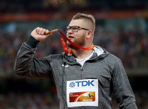 """Jedno od """"najizvesnijih"""" takmičenja na atletskom prvenstvu planetu 2015. godine u Pekingu bilo je svakako ono u bacanju kladiva, gde je Poljak Pavel Fajdek imao devet najboljih hitaca u sezoni, pa sve osim njegovog trijumfa bilo je ravno senzaciji. Hicem iz četvrte serije finala od 80 metara i 88 centimetara Fajdek je opravdao ulogu favorita i reklo bi se rutinski odbranio zlatnu medalju osvojenu dve godine ranije. Ipak, o tome se u svim svetskim medijima (osim poljskih) moglo pročitati par redova, ali je zato Fajdek postao jedan od atletičara o kome se najviše piše tokom prvenstva samo dan posle finala i to zbog krajnje neverovatnog događaja."""