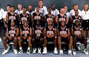 """U američkom timu za Igre u Sidneju bilo je dosta igrača koji su tih godina spadali u sam vrh NBA lige, kao što su Džejson Kid, Kevin Garnet, Vins Karter, Rej Alen, Alonzo Morning... sa klupe ih je predvodio legendarni Rudi Tomjanovič, ali pre svega zbog otkaza u tom trenutku nekih od najboljih američkih košarkaša Kobija Brajanta, Šekila O'Nila, Alena Ajversona, Tima Dankana, Dejvida Robinsona... """"Dream team"""" no.4 nije toliko respektovan kao prethodna izdanja američkog """"Tima snova"""". Ipak, možda nisu bili moćan tim kao neki prethodni američki timovi, ali daleko od toga da je iko u košarkaškom svetu smatrao da i pored brojnih izostanaka neko može da savlada Amerikance i da ih spreči da ne osvoje novu olimpijsku zlatnu medalju."""