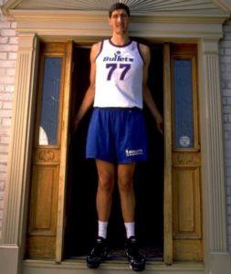 George Murešan, rumunski košarkaš koji je igrao u NBA ligi nekoliko sezona i to sa solidnim uspehom. Uspeo je da ima u tri sezone dvocifren broj poena u proseku, ali se toga malo ljudi seća, jer je pre svega Murešan ostao u sećanju ljubiteljima NBA lige kao jedan od najviših košarkaša u istoriji lige. Ta njegova i za košarkaške standarde neverovatna visina od 231 centimetar donela mu je prepoznatljivost gde god se pojavi, ali i veliku želju njegovih protivnika da se baš protiv tog dugajlije dokažu i da baš protiv njega izvedu potez koji će se pamtiti i prepričavati. Takvom izazovu nije odoleo ni legendarni centar Šekil O'Nil, koji je 22. marta 1996. godine na meču protiv Vašingtona uspeo čak tri puta da zakuca preko rumunskog centra.