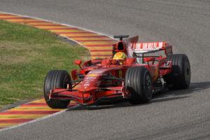 """Samo je Džon Sertiz uspeo da osvoji titule u dva najprestižnija takmičenja na dva i četiri točka. Sertiz je bio četvorostruki šampion u motociklizmu, pre nego što je 1964. godine trijumfovao u šampionatu Formule 1. Njegov poduhvat zaista deluje neverovatno iz današnje perspektive, jer mnogi će reći da majstori na dva točka ne bi mogli da pariraju u Formuli 1 majstorima trkanja na četiri točka (i obrnuto), ali da ipak postoje izuzeci videlo se 2006. godine. Tada je Valentino Rosi zablistao na testiranju u Valensiji, ali nažalost na kraju se ipak odlučio da ne uđe u """"avanturu"""" zvanu Formula 1 i tako pokuša da dostigne legendarnog Sertiza, već se zadovoljio briljantnom karijerom u Moto GP šampionatu."""