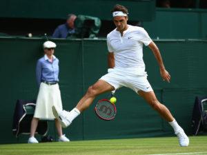 """Naime, on nije želeo da odigra klasičan forhend udarac, iako je to mogao da uradi, već je postavio reket između nogu i iz te gotovo bezizlazne situacije poslao lob po dijagonali preko skoro dva metra visokog Amerikanca. Loptica je preletela Kverija i završila skoro na osnovnoj liniji, a iako je odmah pohitao za njom, Sem je samo uspeo da je nekako stigne i jedva dobaci do mreže. Publika u Federerovoj """"dnevnoj sobi"""", kako mnogi znaju da nazivaju centralni teren na Vimbldonu zbog velikih uspeha Švajcarca na tom terenu, ali i gotovo uvek odličnih predstava na njemu, bila je oduševljena potezom njihovog verovatno najomiljenijeg tenisera, pa su Rodžera za neverovatan lob nagradili ovacijama."""
