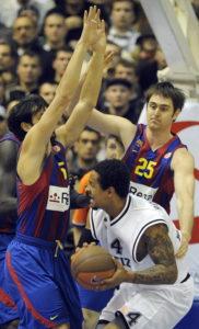 """U fenomenalnoj atmosferi """"Crno-beli"""" su serijom 10:0 otvorili susret, da bi tu prednost uspešno čuvali tokom prvog poluvremena koje su završili vođstvom 35:24. Zašto je Barselona dominirala evropskom košarkom te sezone najbolje se videlo u trećoj četvrtini. Katalonci su zaigrali perfektnu odbranu, a u napadu su """"rešetali"""" koš Partizana iz svih pozicija, pa su taj period igre dobili sa 23:8 i u četvrtu četvrtinu ušli sa prednošću od 47:43. Poveli su gosti i sa 54:45, ali se igrači Partizana praćeni hukom sa tribina sjajnom serijom od 16:2 vraćaju u susret i dolaze na korak od trijumfa. Ipak, Navaro i Jaka Lakovič vraćaju meč u potpuni egal, koji posle promašaja u poslednjem minutu Robertsa i Lakovića odlazi u produžetak."""