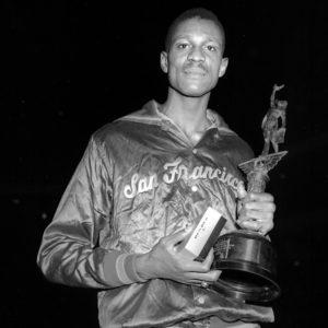 """Bil Rasel je tokom svoje koledž karijere nastupao za Univerzitet San Francisko, koji je doveo do dve šampionske titule 1955. i 1956. godine. I upravo u toj drugoj šampionskoj godini uspeo je da izvede potez koji i danas više od 60 godina kasnije deluje nestvarno. Rasel je uhvatio jednu loptu pod svojim košem, da bi se potom """"od obale do obale"""" stuštio ka protivničkom košu, vodivši loptu kao plejmeker, iako je igrao na poziciji centra i za to vreme bio izuzetno visok (208 centimetara), a onda se odrazio gotovo sa linije za slobodna bacanja i preskočivši protivnika kao preponaš preponu uspeo da poentira polaganjem. Potez koji je tada izveo Rasel mnoge podseća na jedno od najčuvenijih zakucavanja svih vremena Vinsa Kartera preko Frederika Vajsa, a osim visine protivnika jedina razlika je što je Bil položio loptu u koš, dok je Karter zakucao."""