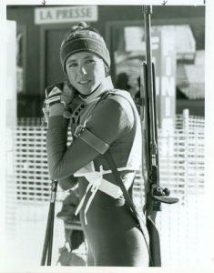 1984. godine u Šamoniju je održano prvo Svetsko prvenstvo u biatlonu za žene. Takmičarke su nastupale u samo tri discipline, a sve zlatne medalje otišle su u ruke biatlonki iz SSSR-a. Ipak, titula heroja takmičenja pripala je amerikanki Kari Svenson, koja je na 10 kilometara uspela da dođe do petog mesta, ali i da predvodi svoju reprezentaciju do bronzane medalje u štafetnom takmičenju. Za sport koji u Americi nikada nije bio toliko popularan bio je to veliki uspeh, koji niko nije uspeo da ponovi više od 30 godina, ali i koji je u SAD-u prošao potpuno nezapaženo i bez ikakvih informacija u američkoj štampi o velikom uspehu njihovih biatlonki. Međutim, samo nekoliko meseci kasnije Kari Svenson je na način na koji to niko ne bi poželeo postala mega popularna u Americi, a njena životna priča ni danas nikoga ne ostavlja ravnodušnim i mnogima služi kao velika inspiracija.