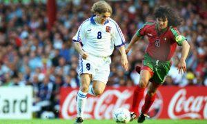 """U četvrtfinalu Češka je eliminisala Portugal, rezultat je bio 1:0, a strelac jedinog gola Karel Poborski. O tom golu, o majstorskom lobu kojim je tadašnji vezista praške Slavije prebacio legendarnog Vitora Baiju se i dan danas priča. Dogodio se 23. juna 1996. godine na """"Vila Parku"""" u Birmingemu. Poborski je primio jednu brzu loptu na četrdeset metara od gola Portugalaca, a onda se brzinom munje stuštio ka njemu. Prošao je """"kroz"""" tri suparnička igrača, pri čemu je imao malo sreće da se lopta od jednog odbije i vrati mu se u noge. Kada je stigao do linije koja označava šesnaesterac uočio je da je Viktor Baija izašao sa svog gola na nekih šest-sedam metara, a zatim pre nego što su ga protivnici sustigli uputio neočekivani lob. Lopta je poletele visoko i u prvi mah se učinilo da ide prejako i da će završiti preko gola, ali ona se spustila i uletela u mrežu iza nemoćnog Baije. Poborski je već slavio, slavila je i cela Češka. Njihov fudbalski san se nastavio neverovatnim golom Karela Poborskog."""