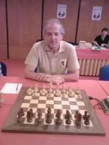 """Na šahovskom turniru u španskom Vigu 1980. godine sastali su se Trois i Santos u meču koji je trebalo da bude veoma neizvestan. Trois je u tom trenutku bio aktuelni šampion Južne Amerike i učesnik na nekoliko šahovskih Olimpijada, a sa druge strane Santos je bio aktuelni dvostruki uzastopni šampion Portugala, pa se očekivala velika borba u tom meču. Ipak, već u sedmom potezu Brazilac se našao u gotovo bezizlaznoj situaciji, pošto mu je Santos zadao šah, a Troisu su ostala samo dva polja na kojima može da pomeri svog kralja. Tada su svi očekivali brzi kraj meča, ali je zapravo tek tada započela """"drama"""" koja će proslaviti ovu dvojicu gotovo anonimnih šahista..."""