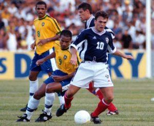 """""""Rambo"""" nije ostvario samo jedan san - nikada nije igrao za reprezentaciju Srbije, čak ni za Srbiju i Crnu Goru. Odigrao je sedam utakmica u plavom dresu Jugoslavije, ali ga je i tada i kasnije pratila ta enigma zašto nema poziva. Za reprezentaciju Srbije (i Crne Gore), igrali su mnogi. Bili smo svedoci da su i oni koji ne zaslužuju dobijali šansu. Nagledali smo se igrača koji su """"gurani"""" u nacionalni tim samo da bi se što bolje prodali. """"Rambo"""" nije imao priliku da pokaže šta zna... I dok su se svi pitali zašto, on je kasnije umeo da odgovori: """"Nisam mogao sam sebe da pozovem u reprezentaciju. Nemam objašnjenje zašto me nisu zvali. To je, najblaže rečeno, jedna greška prema sportisti kojeg ceni ceo svet, ne i rodna zemlja. Nisam hteo da se družim s nekim ljudima da bi mi bilo bolje. Njihovo opravdanje je bilo da je Brazil daleko..."""""""