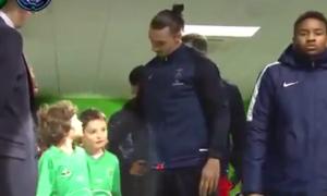 """Jedan od službenika hteo je da """"progura"""" svog dečaka da stoji pored Zlatana i izađe sa njim na teren, što je Ibrahimović primetio i odmah reagovao vrativši onog dečaka koji je prvo bio do njega, a """"tatinom sinu"""" pokazao da se vrati nazad. Nakon toga se oslonio na dečaka koji je za malo postao žrtva nepravde, što je mališanu bilo itekako drago, a nakon toga ga je i pomazio po glavi."""