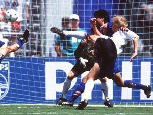"""Akcija u 11. minutu krenula je kao polu-kontra """"Pancera"""", Klinsman je loptu primio na nekih tridesetak metara od gola protivnika, zadržao je veoma kratko, samo primio i prosledio Hesleru na desnu stranu. Odmah je nastavio da trči u šesnaesterac u kome se uvek osećao lagodno. Brzonogi Hesler je za to vreme špartao po praznoj desnoj strani dok su ga Koreanci posmatrali bez namere da neko izađe na njega, što je čini se malo zbunilo Nemca. Bilo je veoma čudno da niko ne napada Heslera čak i kada se ušetao u šesnaesterac. To je bilo kobno po odbranu Južne Koreje, Hesler je uputio jak pas po zemlji koji je očekivao Klinsman negde oko penala. Takođe neverovatno sam, kao duh. I ako cela akcija može da se pripiše lošoj organizaciji slabašne ekipe iz Azije, lepotu Klinsmanove minijature ništa ne može umanjiti, jer je svojstvena samo velikim fudbalerima i napadačima koji imaju nepogrešiv njuh za gol."""