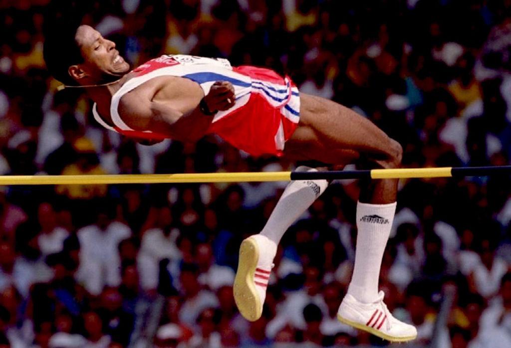 """U prvom pokušaju Kubanac nije bio uspešan, ali se zato za drugi dodatno koncentrisao. Na mitingu su sve ostale discipline već bile završene, pa su sve oči bile uprte u Sotomajora. On se posle višeminutne pripreme za skok odlučio da ponovo krene u pokušaj postavljanja novog Svetskog rekorda. Usledio je sprinterski trk Kubanca i potom """"nebeski"""" skok preko letvice, koju jeste malo zakačio, ali koja nije imala nameru da padne. Bio je to skok preko visine koja će za sve ostale skakače ostati nedodirljivi dve ipo decenije. Havijer Sotomajor je svoj """"magičan"""" skok znao da proslavi, na atletskoj stazi su mu se pridružili članovi stručnog štaba, kao i prijatelji iz reprezentacije Kube, pa ja Sotomajor u zagrljaju sa njima i uz ovacije mnogobrojnih gledalaca sa prepunih tribina u Salamanci proslavio svoj istorijski skok."""