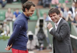 """U prvom poenu drugog gema u drugom setu, Federer je posle dobrog servisa i odličnog forhenda izašao na mrežu i činilo se da će rutinskim bekhend volejem rešiti poen. Ipak, Santoro nije imao nameru da odustane od tog poena, sasvim solidan Federerov volej vraća, a potom uspeva da vrati i Rodžerov smeč u suprotnu stranu. Federer tada iz forhenda napada ponovo Santoroa, ali se veteran ne predaje, trči kao mladić na suprotnu stranu i vraća """"balon"""" u polje Švajcarca. Rodžer tada """"iz besa"""" šalje dijagonalan smeč iz sve snage blizu linije, ali Fabris i to nekako stiže i ponovo vraća visoku loptu u Federerovo polje. U tom trenutku, shvativši da je Santoro i to vratio, Švajcarac počinje da se smeje, što mu je očigledno zasmetalo pri odigravanju sledećeg udarca, pa ne preterano težak smeč šalje izvan granica terena. To je bio znak za Francuza da počne da trči """"pobednički krug"""" oko terena, uz naravno velike ovacije sa tribina publike u """"Rod Lejver Areni"""" koja je bila očarana defanzivom Santoroa."""