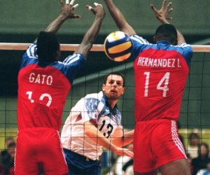 """Igrali su """"Plavi"""" bez greške u tom delu igre i pre svega zahvaljujući Vujeviću, Batezu i Mešteru vrlo brzo stižu do 14:10 i prve meč lopte. Tada je na servis liniju stao jedan od najboljih servera tog vremena Goran """"Kvisko"""" Vujević, koji šalje """"bombu"""" koju igrači Brazila primaju samo preko mreže, što je bio pravi trenutak da Vladimir Grbić skoči """"do neba"""" i silovitim smečom pošalje loptu neodbranjivo u polje Brazilaca i tako započne veliko slavlje Jugoslovena. """"Olimpijski šampion je na kolenima"""" pisala je beogradska štampa, koja je i sama bila delimično iznenađena velikim trijumfom """"Plavih"""" odbojkaša. Jugosloveni su kasnije osvojili bronzanu medalju, prvu za tu zemlju na Olimpijskim igrama, čime su svima pokazali da je svet dobio novu odbojkašku silu. Na putu ka senzacionalnom uspeh, ali i nekim kasnijim uspesima, mnogi smatraju da je ključan bio meč sa Brazilom, koji je svima pokazao da su jugoslovenski odbojkaši spremni za najveća dela."""