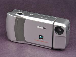 Međutim, oni drugi, koji ne veruju u duhove, imali su mnogo racionalnija objašnjenja i za njih ne postoji ništa sporno, jer kako kažu, tih godina postojali su fotoaparati koji su podsećali na današnje velike telefone. Naročito neki modeli slični Casio QV-100 ili Fujix simple hi8 koji su u to vreme već postojali.