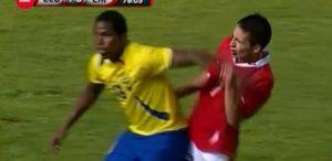 """Dvadesetogodišnji Čileanac nije pokušao da padne u protivničkom šesnaestercu, nije čak ni udario rivala bez lopte, već se odlučio da uzme ruku jednog od napadača Ekvadora i udari se po licu kako bi njegova ekipa nekako stekla prednost u poslednjih petnaestak minuta. Sudija je dosudio faul, ali bez dodatne kazne, a nakon što je klip nesvakidašnjeg poteza obišao ceo svet Karasko je još jednom šokirao fudbalskou javnost ovoga puta komentarišući svoj potez: """"Bilo je naprosto neophodno da to uradim. Gubili smo sa 1:0, a nama je bila potrebna pobeda. Ja ovakve situacije vežbam na treninzima."""""""