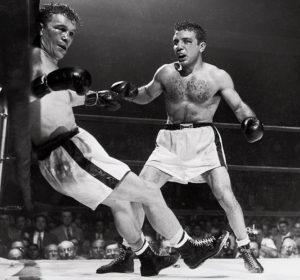 16. juna 1949. godine, La Mota je konačno došao do svetske titule. Tog dana je u Detroitu pobedio Francuza Marsela Serdana, prekidom posle 9. runde. Džejk je već u prvoj rundi poslao Serdana na pod i tom prilikom Francuz je doživeo dislokaciju ramena, zbog koje je na kraju i morao da preda meč na kraju 9. runde. Zanimljivo je da je tokom borbe i La Mota doživeo tešku povredu leve ruke, ali je herojski izdržao borbu do kraja, a uspeo je čak da tom povređenom rukom i zada nekoliko jakih udaraca u glavu Serdana.