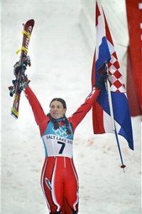 """Vozila je Janica sjajno obe slalomske trke u kombinaciji i pred spust koji joj tada nije bio jača strana stekla veliku prednost nad konkurentkinjama. Iako je kada se našla na startu imala više od dve sekunde prednosti ispred legendarne Renate Gečl, mnogi su se zapitali da li je Kostelićeva u stanju da izdrži veliki pritisak na svojim plećima i zadrži teško stečenu prednost u slalomu u borbi sa specijalistkinjama za spust. Ipak, """"neverne tome"""" su brzo razuverene, sjajnom vožnom kojom se ne bi postidele ni najbolje spustašice Janica je zadržala veći deo prednosti i sa skoro minutom ipo ispred najbliže konkurentkinje osvojila zlatnu medalju, što je ujedno bila i prva medalja na zimskim Olimpijskim igrama za hrvatsku."""