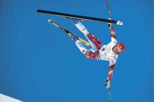 """13. februara 1998. godine nova velika zvezda austrijskog skijanja Herman Majer debitovao je na zimskim Olimpijskim igrama. Sa startnim brojem četiri na dresu krenuo je da """"leti"""" vrlo zahtevnom spustaškom stazom u Naganu. Majer je već na startu imao odlično vreme, a onda šok! Na jednom naizgled potpuno običnom i ne toliko teškom delu staze, Herman pravi grešku posle koje gubi kontrolu nad skijama i biva katapultiran. Usledio je njegov stravičan let od tridesetak metara i teško prizimljenje na glavu i levo rame, posle koga se """"Herminator"""" još jednom odbija od zemlje i pri velikoj brzini probija obe zaštitne mreže i zaustavlja se tek nekoliko desetina metara dalje na neobeleženom delu staze, gde se već nalazio i malo dublji sneg."""