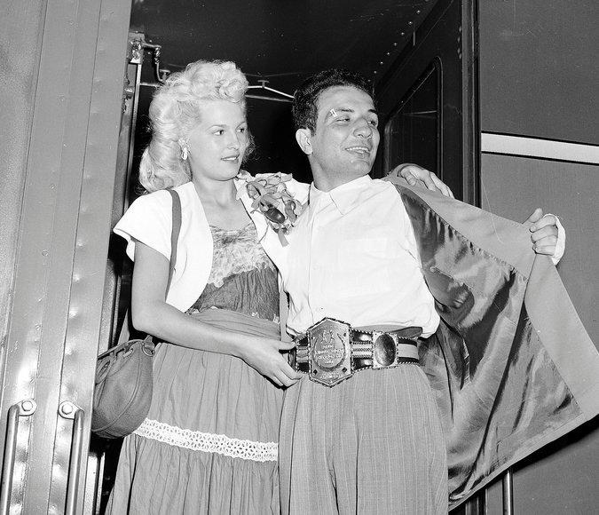 Osim po sjajnim veštinama u ringu, La Mota je bio poznat i po skandaloznom ponašanju van njega. Pretukao je prvu suprugu Ajdu. Kasnije se ponovo oženio, druga žena Viki je u vreme sklapanja braka bila tinejdžerka, ali je i taj brak neslavno završen zbog La Motinog pijančenja i švrljanja. Ženio se ukupno šest puta i imao je dva sina i četiri ćerke. Dok je vodio noćni klub u Majamiju, bio je optužen za podvođenje maloletnica, zbog čega je proveo šest meseci u zatvoru. Zabavljao se i sa tada nekim od najpoznatijih holivudskih starleta, poput Hedi Lamar i Džejn Mensfild.