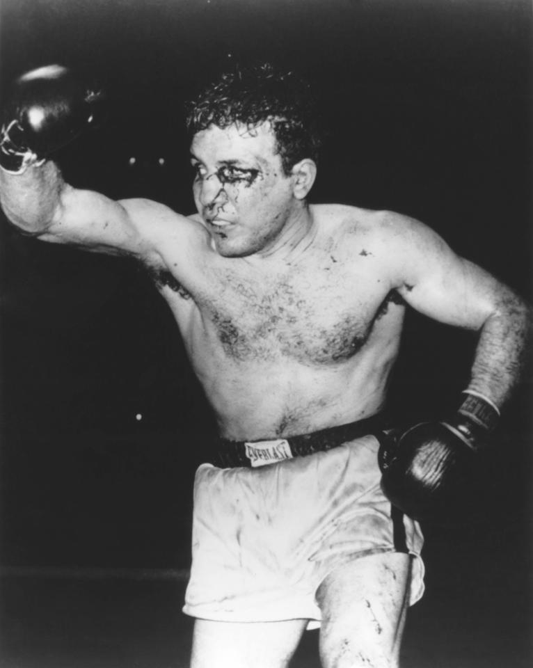 U profi ringu Džejk je nastavio tamo gde je stao kao amater, u prvih 15 mečeva nije doživeo niti jedan poraz, da bi 24. septembra 1941. godine, u jednoj od najkontroverznijih borbi u istoriji boksa bio poražen od Džimija Rivisa. Iako je La Mota poslao protivnika u devetoj rundi kroz konopce, a u desetoj čak četiri puta na zemlju, sudije na meču u Klivlendu su odlučile da pobedu dodele domaćem takmičaru Rivisu, što je izazvao veliki gnev kod navijača. Okružili su ring i preko 20 minuta vređali i gađali sudije, istakavši na taj način nezadovoljstvo njihovom u najmanju ruku čudnom odlukom. Nepunih mesec dana kasnije organizovan je revanš na istom mestu, a i ta borba završena je pobedom Rivisa, ovog puta bez kontroverzi, da bi konačno 1943. godine La Mota uspeo da savlada Rivisa i to tako što ga je spektakularno nokautirao u 6. rundi.