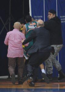 """Gosti su bili šokirani i besni zbog ovog napada, a prvi je reagovao plejmeker Banvita Ej Džej Rouland, koji je odmah dotrčao do mesta incidenta i udario navijača pesnicom u glavu. Od """"bokserskog"""" udarca navijač Budućnosti se prosto """"prosuo"""" na parket, kada se Roulandu priključio i Mehija, pa je prvo Rouland još nekoliko puta udario podgoričkog huligana, da bi potom na ulazu u tunel i Mehija """"počastio"""" domaćeg navijača sa nekoliko udaraca. Tada se umešalo obezbeđenje i nekoliko košarkaša domaćih i uspeli su da zaustave dalju tuču i odvoje gostujuće igrače od navijača Budućnosti."""