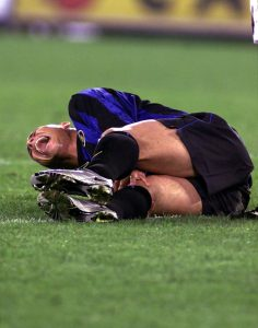 """Inter je u jednoj akciji krenuo u polu-kontru, Ronaldo je dobio loptu, a ispred njega je bio samo Fernando Kouto, dok je pristizao Siniša Mihajlović. Ronaldo je krenuo silovito, međutim, koleno je u driblingu, prilikom promene pravca, ponovo popustilo, a """"Fenomeno"""" se našao na zemlji, u bolu i suzama. Kouto je odmah mahao rukama uplašeno, a na tribinama je vladala neverica i muk. Na nosilima je sa Ronaldom izneta i nada mnogih da će ikada ponovo biti svedoci fudbalske magije. Srećom - nisu bili u pravu…"""