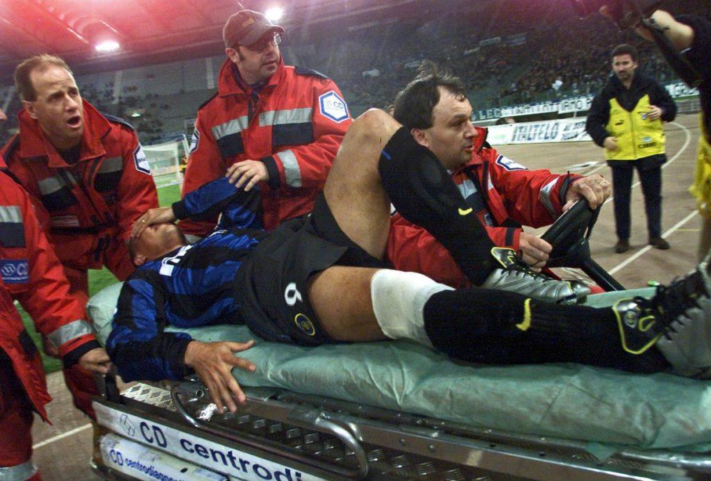 """Novinari su, naravno, odmah pokušali da traže krivca za novu povredu fudbalskog superstara. """"Krivac u ovom slučaju jednostavno ne postoji. Niti sam to ja, niti Ronaldo. Nesrećan slučaj: kopačka se zarila u travu, a koleno obrnulo. I postoperativni period je bio uspešan... On je bio fizički potpuno spreman, pridržavao se svih uputa, pa smo mu zato i dozvolili da igra."""""""