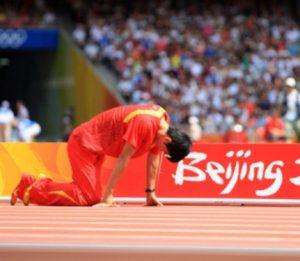 """Ta 2008. godina je i pre Igara u Pekingu bila turbulentna za Ksijanga. Imao je problema sa stopalom i ahilovom petom desne noge, propustio je dosta takmičenja i mnogi su se pitali da li će biti spreman za Olimpijske igre. Ipak, i pored bolova koje je trpeo, Liu je tvrdio da je spreman i da nema nameru da odustane od takmičenja na Igrama u domovini, uostalom priliku da se takmičite na najvećem sportskom takmičenju u svojoj domovini možete dobiti samo jednom u karijeri. I zato se tog 18. avgusta Liu Ksijang našao na startu prve grupe prvog kruga kvalifikacija u disciplini 110 metara sa preponama. Već na predstavljanju preko 90.000 navijača, koji su tog dana u """"Ptičije gnezdo"""" došli gotovo samo zbog njega, dočekalo ga je ovacijama. Liu se pripremao za start svoje kvalifikacionu grupe i početak borbe za najsjajnije odličije, koje je toliko želeo, ali koje gotovo da ništa manje nije želelo ni preko milijardu Kineza."""
