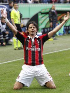 """Dve godine od Gatuzovog dolaska pridružio mu se Inzagi. """"Super Pipo"""" je u Milan stigao 2001. godine, baš iz Juventusa, a ostao mu je odan sve do kraja karijere. E, njegov zadatak jeste bio da teroriše protivničke golmane, što je i radio na sebi svojstven način. Retko ko može da se pohvali da je imao takav njuh za gol kao Pipo, često nevidljiv, ali uvek na pravom mestu kad treba da podmetne nogu i zatrese mrežu. Iako stalno okružen šalama da je """"kralj ofsajda"""" odigrao je 300 utakmica i postigao 126 golova. Bogata karijera poslednje sezone kao da je pala u zaborav. Inzagi nikada nije bio miljenik trenera Alegrija koji ga je isključio sa spiska igrača za Ligu šampiona, a sve manje mesta je imao i u prvenstvu. Odlučio je zato Pipo reći """"zbogom"""" i učinio je to na najlepši mogućni način, golom na zatvaranju sezone. """"Želim da se zahvalim navijačima i igračima što su me podržavali svih ovih godina. Znam da su predsednik i cela uprava bili uz mene kako bih ostao, ali ima igrača koji bi mogli preuzeti moje obaveze."""" - naveo je Inzagi u obrazloženju svog povlačenja."""