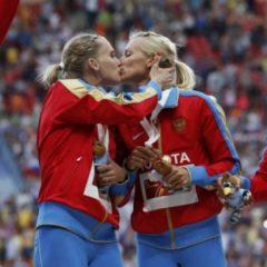 """Atletičarke Rusije – Drugarski poljupci u usta ili """"šamar"""" Putinu?"""