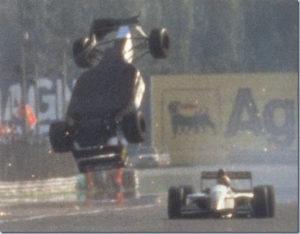 """Iz poslednje krivine Italijan Martini izašao je ispred svog klupskog kolege Brazilca Fitipaldija, koji je ipak bio dovoljno blizu """"drugaru"""" iz tima, pa je krenuo u napad. Činilo se da je Fitipaldi brži i da će uspeti da prođe pored Martinija, ali kada je pokušao to da uradi, Italijan je malo usporio i skrenuo u desno, zakačio Brazilca, što je bilo dovoljno da ga """"katapultira"""" u vazduh. Kristijan je poleteo sa svojom formulom i posle vrlo opasne """"piruete"""" u vazduhu pri brzini od oko 300 kilometara na sat, uspeo je da se prizemlji na desnu stranu bolida, koja je u incdentu potpuno uništena, ali i da sa tako uništenim bolidom pređe liniju cilja i osvoji 8. mesto. Iako je na svu sreću prošao bez ikakvih povreda, incident je izgledao stravično i samo sticajem okolnosti Fitipaldi nije pretrpeo ozbiljnije posledice."""