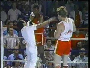"""Usledio je višeminutni prekid borbe i ukazivanje pomoći povređenom sudiji, koji je posle ukazane pomoći napustio ring, a umesto njega jedan od bodovnih sudija našao se u ringu. Meč je konačno posle desetak minuta nastavljen, De Vit je odmah krenuo u ofanzivu i opet saterao Kardenasa na konopce. Ipak, tada su se dvojica boraca """"zagrlila"""", pa ih je sudija razdvojio, a dok ih je razdvajao Kubanac je iskoristio priliku da i Lousovu zamenu """"slučajno"""" udari levim krošeom u glavu. Ipak, udarac je bio slabiji nego nešto ranije, a i sudija je bio izdržljiviji, pa je ostao na nogama i odmah nastavio borbu. Ubrzo je, reklo bi se na sreću sudije, De Vit uspeo da slomi otpor protivnika, do kraja runde je nokautirao Kardenasa i na taj način okončao ovu za neke komičnu, a za druge bizarnu borbu."""