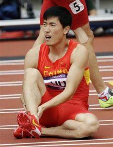 """Pogled celog atletskog sveta bio je upućen ka drugoj stazi u kojoj se nalazio Ksijang kada je starter iz pištolja dao znak za početak trke, ali je on ubrzo još jednim pucnjem zaustavio trku, jer je atletičar u petoj stazi krenuo prerano. Ipak, to više nikoga nije zanimalo... Prilikom tog lošeg starta Liu je pogoršao stanje svoje povrede, zbog čega se jedva oslanjao na desnu nogu, pa se ubrzo šepajući i sa izrazom lica koje je govorilo o njegovom velikom razočaranju uputio ka svlačionici, ostavivši iza sebe na desetine hiljada navijača na stadionu, ali i milione ljudi pokraj malih ekrana, koji su u šoku i neverici plakali. """"Najveća kineska nada je poražena"""", """"Domaćini su u suzama"""", bili su samo neki od naslova u svetskim medijima koji su opisivali stepen razočaranja kod Kineza, zbog povrede njihove uz Jao Minga tadašnje najveće sportske zvezde."""