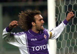 """Ono što je Toti za Romine, a Džerard za Liverpulove, to je Batistuta za navijače Fiorentine. Za one koji navijaju sa tribina stadiona """"Artemio Franki"""", on je jednostavno Bog. A kako i ne bi bio kada je u ljubičastom dresu postigao preko 150 golova i kada je 1993. godine nakon ispadanja Fiorentine u seriju B odlučio je da ostane u klubu i pomogne mu da se vrati u prvu ligu. """"Firencu sam uvek smatrao svojom devojkom. Ne moram objašnjavati ljubav prema ovom gradu."""" - govorio je svojevremeno """"Batigol"""" kome su navijači tako tepali zbog neverovatnog osećaja za gol koji je posedovao."""