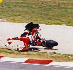 """Tog 5. septembra 1993. godine, iako nije startovao sa prvog mesta, posle 9 krugova na stazi """"Santamonika"""" u Mizanu, Vejn Rejni je vodio u trci. Sve se činilo u tom trenutku idealnim za njega, da bi potom u prvoj krivini 10. kruga pri brzini od oko 190 kilometara na sat Rejni izgubio kontrolu nad svojim motociklom i pao. U prvi mah se učinilo da udes osim što će koštati Rejnija u borbi za titulu neće nu načiniti veće posledice, jer je izgledao poput mnogih drugih incidenata koji se dešavaju na moto trkama, ali nažalost nije bilo tako."""