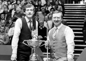 U finalu Svetskog prvenstva u snukeru 1985. godine igrali su Stiv Dejvis i Denis Tejlor. Dejvis je u meč ušao kao trostruki prvak sveta i prvi snukeraš na svetskoj rang listi, što mu je donelo ulogu favorita u susretu protiv Tejlora, koji do tada nikada nije bio šampion planete i koji je po sopstvenom priznanju znao da mu je to jedna od poslednjih šansi da dođe do najvrednijeg trofeja u snukeru.