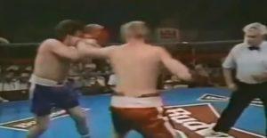 Čim je počela borba, svima je bilo jasno da Brajan Saterland nema samo komičnu pojavu, već i da je njegovo boksersko znanje tragikomično. Saterland je toliko nepravilno pokušao da zadaje udarce i tako se loše kretao, da nikome nije bilo jasno kako je taj momak uopšte dospeo u ring. Brajanov nastup te večeri, kome se većina ljubitelja boksa smejala, potrajao je nešto više od 50 sekundi, posle kojih ga je strahovitim desnim krošeom Reinford poslao na pod i tako okončao borbu. Ni sam pad Saterlenda nije mogao da ne prođe tragikomično, pošto je Brajan posle udarca svog protivnika pao sa zadrškom i na način kako se ne pamti da je neko završio na podu. Bio je to poslednji meč Saterlenda u profesionalnoj karijeri, jer posle ovog meča niko ga više nije želeo za protivnika, iako je on posle meča svojim trenerima pričao da je njemu bilo lepo u ringu i da jedva čeka da se ponovo bori.