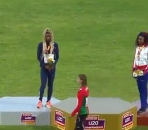 Naime, pošto su medalje dodeljene i pošto su zastave zemalja osvajačica medalja krenule da se vijore sa jarbola, krenuli su i prvi taktovi himne namenje pobednici. Odmah pošto je krenulo intoniranje himne, Skvorcova je počela da pravi grimase, da bi ubrzo sišla sa postolja i počela nervozno da šeta prostorom pored mesta predviđenog za osvajačice odličja. U prvi mah ni njenim konkurentkinjama, ali ni pristutnoj malobrojnoj publici nije baš bilo jasno šta se dešava i zašto se beloruska atletičarka tako ponaša. Čim je intoniranje himne završeno, Skvorcova je prišla organizatoru i krenula da se raspravlja sa njim, da bi potom odbila i da prošeta pobednički krug sa svojim koleginicama i prisustvuje slikanju pred fotografima koji su želeli da ovekoveče osvajačice medalja.