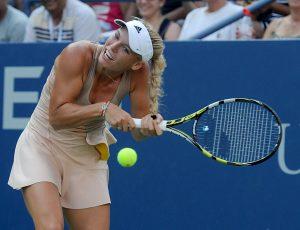U avgustu 2014. godine, u drugom kolu US opena, danska teniserka Karoline Voznjacki pobedila je bez većih problema koleginicu iz Belorusije Aleksandru Sasnovič sa 6:3, 6:4, što nije bilo ništa spektakularno, obzirom na odnos snaga koji se unapred znao. Međutim, ono što je sa ovog meča ostalo u sećanju mnogih ljubitelja tenisa to je trenutak kada se Karoline umalo nije povredila na jedan veoma bizaran način. Voznijacki ima plavu, dugu kosu, koju je vezala u rep tokom duela sa beloruskom teniserkom. U jednom trenutku tokom meča danskoj teniserki je rep zapeo za reket, kada je vraćala jednu lopticu, a Voznijacki je nakon toga pojurila na drugu stranu i htela da odigra bekhend. Ona je toliko jako htela da udari po loptici da se umalo nije udarila reketom po glavi. Nije uspela da vrati lopticu a reket je nakon što ga je pustila iz ruku pao na zemlju, dok se teniserka smejala samoj sebi a dobro je nasmejala sve na tribinama i one pokraj malog ekrana kada su shvatili da je sve prošlo bez posledica.