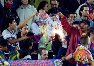 """Kada je prvi put zakoračio van tunela stadiona """"Kamp Nou"""", Figo je bio u šoku. Navijači su urlali, gađali ga raznim predmetima, a na tribinama je bilo puno transparenata sa pogrdnim nazivima, ali sve je moglo da stane u jedan – Izdajnik. Buka koju je proizvodilo nešto manje od 100.000 ljudi žednih osvete bila je tolika da je Portugalac u jednom trenutku morao da zapuši uši rukama, kako ne bi morao da sluša uzvike poput """"Die Figo, die!"""" (Umri Figo, umri!). Ali to je bio tek početak."""