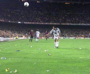 Svaki put kada bi Figo tokom utakmice imao kontakt sa loptom galama se pojačavala, usledila bi vređanja, psovke, a sa tribina bi doletale čaše, upaljači, pomorandže, flaše, paklice cigareta, lanac za biciklu, pa čak i mobilni telefoni.