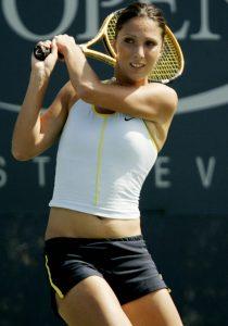 Te 2002. godine Miskina je igrala nekoliko finala, osvojila WTA titulu u Bahiji, zabeležila svoju prvu pobedu protiv igračice koja je plasirana u prvih 10 i kvalifikovala se završni WTA šampionat (po tadašnjim pravilama, pravo nastupa je sticalo prvih 16 teniserki na WTA listi). Sve to bilo je dovoljno da godinu završi kao 15. teniserka planete. Već naredne godine Anastasija je bila još bolja, igrala je u četvrt-finalu Austalian i US opena, osvojila je titule u Dohi, gde je u prvom ruskom finalu u istoriji WTA tura savladala zemljakinju Elenu Lihovcevu, Lajpcigu i na svom omiljenom turniru u Moskvi, savladala u tom trenutku svetskog broja 1 u ženskom tenisu Kim Klajsters, kvalifikovala se ponovo za WTA šampionat i uspela da sezonu završi u Top 10 WTA liste. Bila je to sama najava za narednu godinu, koja će joj definitivno biti kruna karijere.