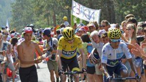 """Na nešto više od 50 kilometara pre kraja 14. etape Tur de Fransa 2015. godine, koja je bila dugačka 178.5 kilometara i koja se vozila od Rodeza do Mendea (na toj etapi trijumfovao je Stefan Kamings), jedan gledalac koji očigledno ne voli Krisa Fruma i smatra ga prevarantom, odlučio se za nesvakidašnji potez. Uz povike """"Dopingovani, dopingovani!"""", prosuo je jednu posudicu punu u tom trenutku nepoznate tečnosti na glavu Krisa Fruma. Ispostaviće se kasnije po tvrdnjama iz tima Skaj, nekoliko biciklista koji su bili u blizini incidenta, ali i samog Fruma, da se u posudi nalazio urin."""