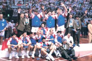 """I bez Zdovca u timu i sa 11 igrača u sastavu, Jugoslavija je lako osvojila zlatnu medalju, ubedljivo pobedivši u finalu Italijane, a zanimljivo je da iako je zvanično napustio tim, Jure Zdovc je ostao sa saigračima u hotelu, jer još uvek nije mogao da se vrati u Sloveniju. Prvi je čestitao saigračima osvajanje zlatne medalje po njihovom povratku iz dvorane, ali nije """"smeo"""" da prisustvuje utakmicama i nije bio na ceremoniji dodela medalja, zbog čega je ostao bez zlatne medalje, zbog koje je vredno trenirao celo to leto. Ipak, mnogo godina kasnije ta """"nepravda"""" je na neki način ispravljena..."""
