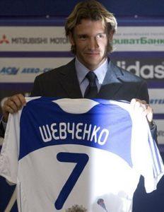 """""""Proveo sam deset godina u inostranstvu i bilo je vreme da se vratim kući. Želim da se odužim svom klubu i da navijači budu srećni. Drago mi je što sam se vratio."""" - izjavio je krajem avgusta 2009. godine Andrej Ševčenko na potpisivanju dvogodišnjeg ugovora sa Dinamom iz Kijeva, klubom u kome je ponikao. A navijači su bili više nego srećni, bili su u transu. Ševa se vratio!"""