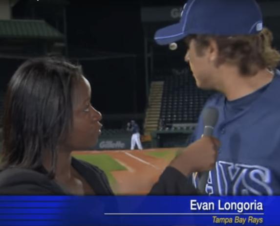 """2011. godine, jedan od najboljih bejzmena Tampa Bej Rejsa, Evan Longorija, izveo je neverovatno hvatanje i to dok je razgovarao sa jednom novinarkom. Longorija je davao intervju pored terena za trening, a on i reporterka stajali su na nekih četrdesetak metara od prve baze kad je udarač poslao felš loptu koja se brzinom od oko 100 kilometara na sat uputila pravo ka glavi novinarke. Longorija je, kao da ima oči na leđima, munjevito reagovao i golom rukom uhvatio loptu u okretu, pokazavši time da je zasluženo dva puta nagrađivan """"zlatnom rukavicom"""" za najboljeg hvatača američke lige. Longorija je potom počeo da trese ruku zbog bola koji je osetio prilikom hvatanja, a zatim hladnokrvno vratio lopticu saigračima uz reči: """"Zadržite je na terenu""""."""