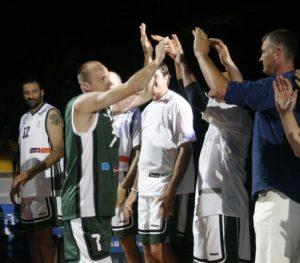 """30. juna 2005. godine mnogobrojna publika u prepunoj hali """"Tivoli"""" u Ljubljani prisustvovala je spektaklu nazvanom """"Veče velikana"""" (Tekma Velikanov), u kojem je poslednji košarkaški meč odigrao Jurij Zdovc. Na jednoj strani bila je ekipa Olimpije, koju su kao treneri predvodili Božidar Maljković i Zmago Sagadin, a za koju su nastupali mnogi bivši i tadašnji igrači ovog ljubljanskog velikana: Raša Nesterović, Šarunas Jasikevičijus, Jirži Velš, Marko Milić, Peter Vilfan... dok je na drugoj strani bila ekipa sastavljena uglavnom od Zdovcovih bivših saigrača, koju su kao treneri predvodili Željko Obradović i """"Duda"""" Ivković, a za koju su između ostalih igrali: Toni Kukoč, Vlade Divac, Dino Rađa, Aleksandar Đorđević, Predrag Danilović, Žarko Paspalj i Panajotis Janakis. Jure Zdovc, koji je tog dana primljen i u slovenačku kuću slavnih, igrao je po poluvreme za obe ekipe, a u revijalnom meču na kraju je trijumfovala ekipa Olimpije. Ipak, ceo taj spektakularni oproštaj Zdovca od košarke najviše je obeležio jedan detalj."""