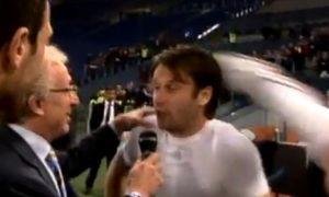 Nakon što su igrači Milana na terenu proslavili sjajnu sezonu krunisanu titulom i krenuli ka tunelu, Antonija Kasana su zaustavili novinari italijanske televizije ne bi li uzeli izjavu od njega. I dok je on pričao u mikrofon u kadru se u jednom trenutku iznenada pojavila nečija noga i udarila Kasana u glavu. Novinari su se uskomešali, a Kasano je sa bolnom grimasom već tražio krivca, ali kada je shvatio da je to Ibrahimović, koji se zlobno smejao krećući se ka tunelu, i na njegovom licu se pojavio osmeh.